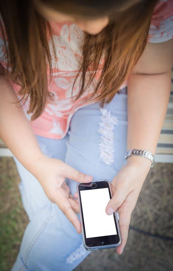 Женщины вручают используя умный телефон иллюстрация вектора