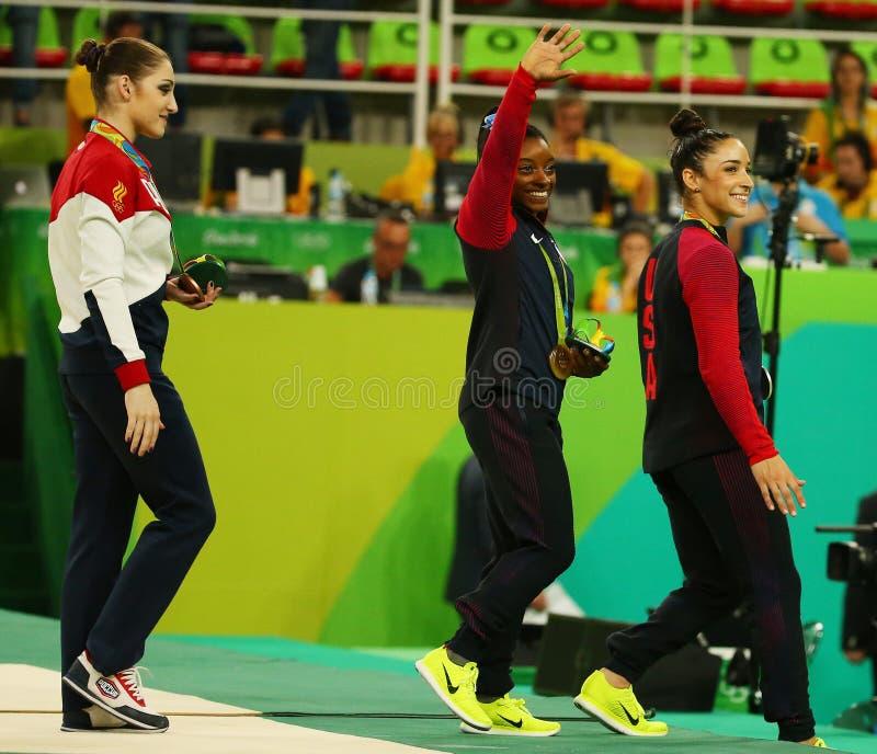 Женщины все-вокруг медалистов гимнастики на Рио 2016 желчей Simone Олимпийских Игр США (l) и Aly Raisman США стоковые фото