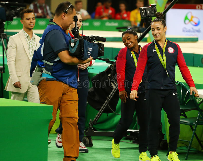 Женщины все-вокруг медалистов гимнастики на Рио 2016 желчей Simone Олимпийских Игр США (l) и Aly Raisman США стоковые изображения rf