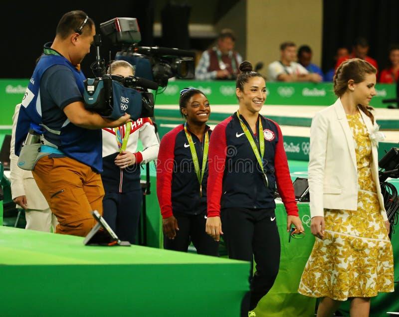 Женщины все-вокруг медалистов гимнастики на Рио 2016 желчей Simone Олимпийских Игр США (l) и Aly Raisman США стоковое фото