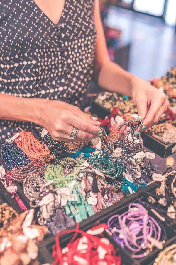 Женщины выбирая bijouterie в магазине Остров Бали руки принципиальной схемы эмоциональные держа совместно женщину 2 стоковая фотография
