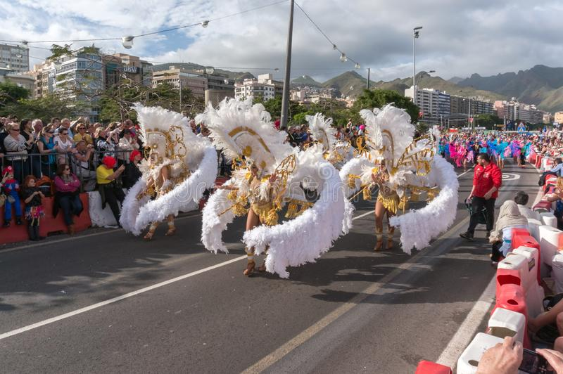 Женщины в белых костюмах пер танцуя перед толпой стоковые фотографии rf
