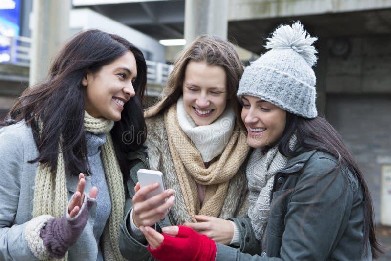 3 женщины в городе стоковые фотографии rf