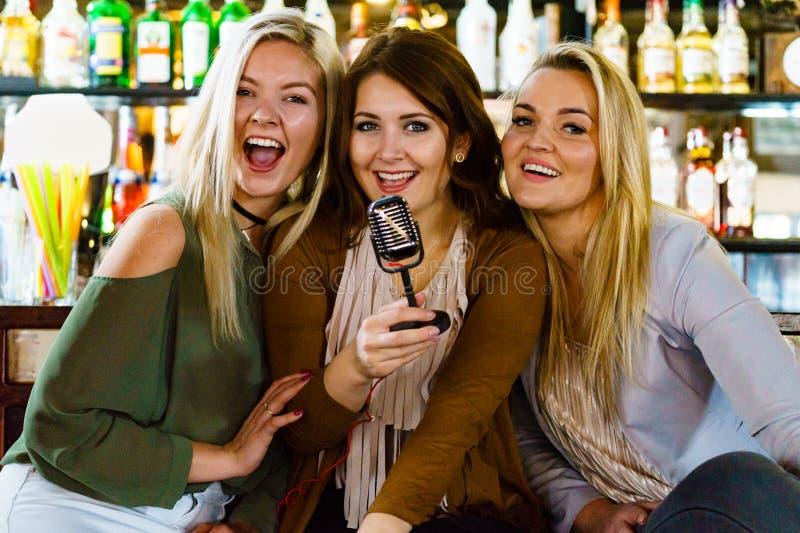 Женщины в караоке петь бара стоковое изображение