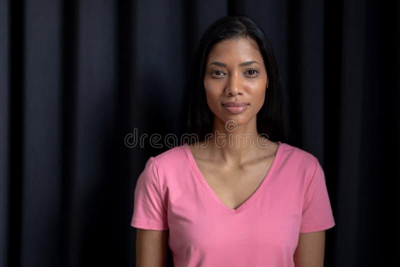 женщины в розовом положении для рака молочной железы стоковые изображения rf