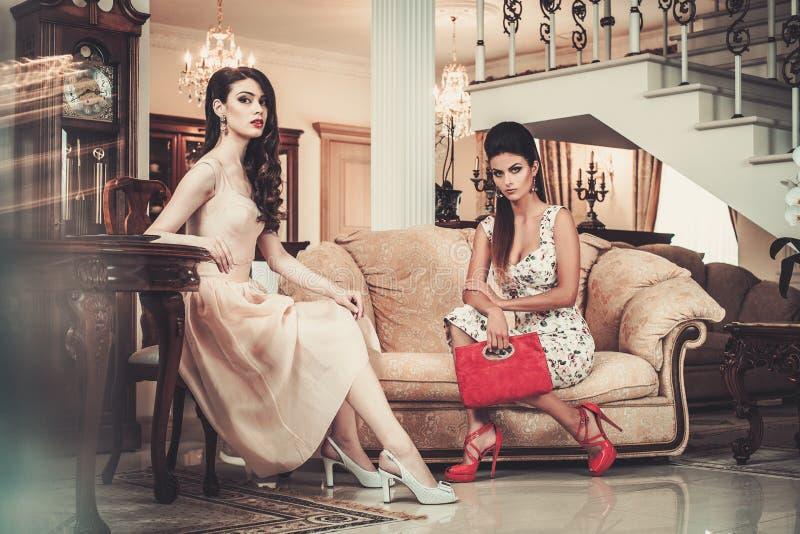 Женщины в роскошном интерьере стоковая фотография