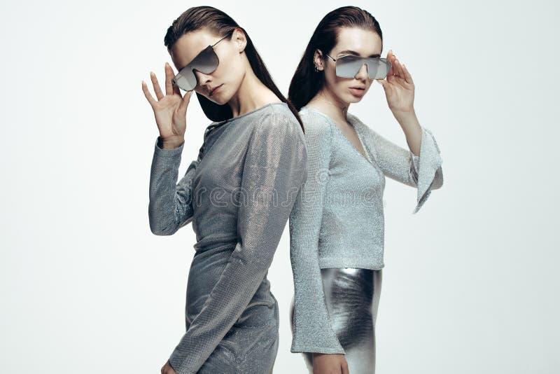 Женщины в стильном футуристическом взгляде стоковая фотография rf
