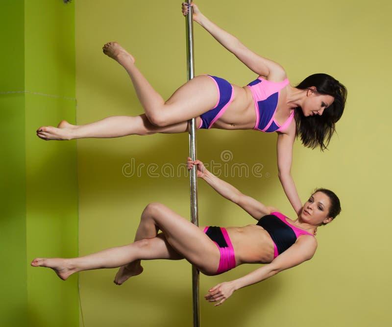 2 женщины в студии танца поляка стоковое изображение
