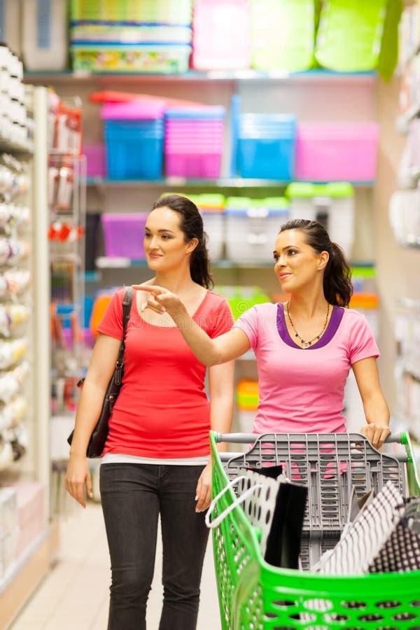 Женщины в супермаркете стоковые фотографии rf