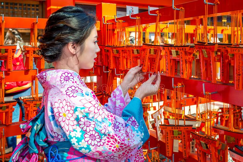 Женщины в традиционных японских кимоно на святыне Fushimi Inari в Киото, Японии стоковое фото