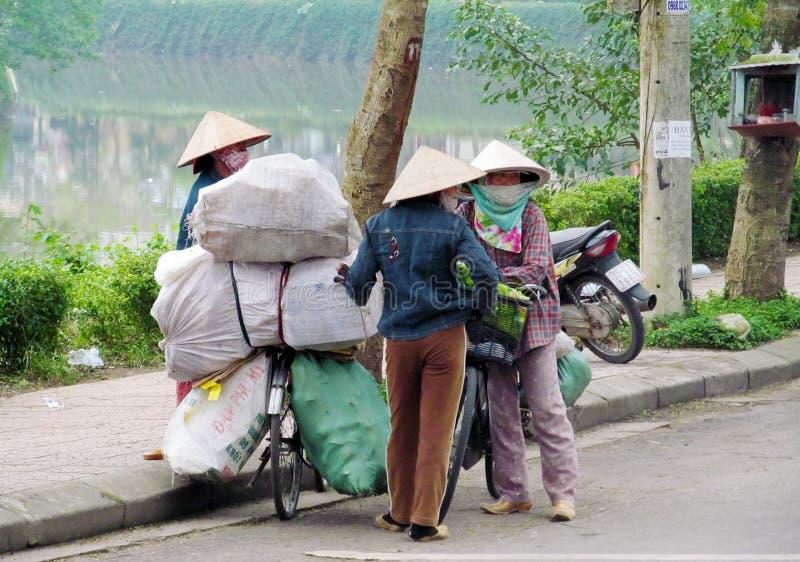 Женщины в традиционной азиатской конической шляпе стоковые изображения