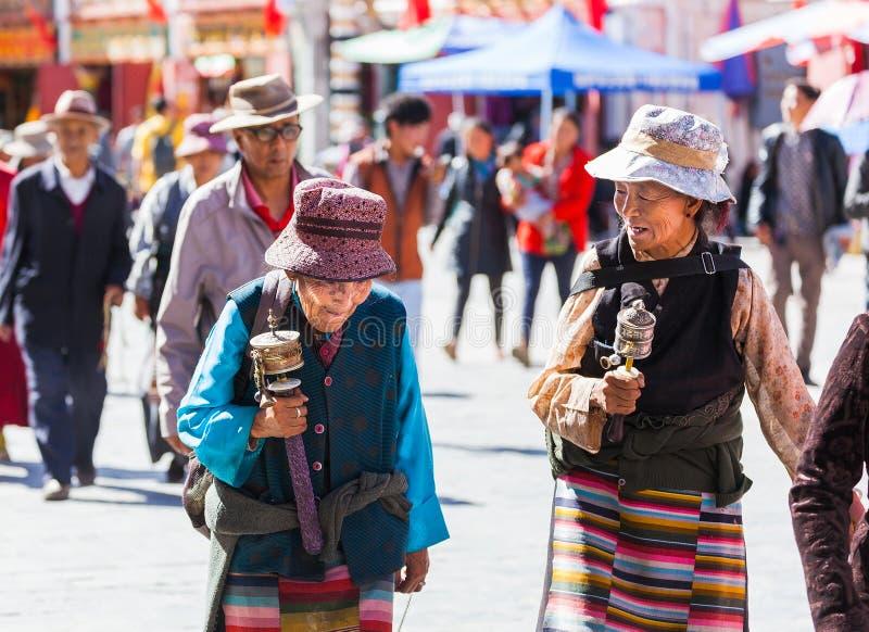 Женщины в улицах Лхасы, Тибета стоковая фотография
