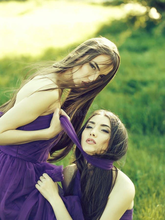 Женщины в фиолетовых платьях стоковые фотографии rf
