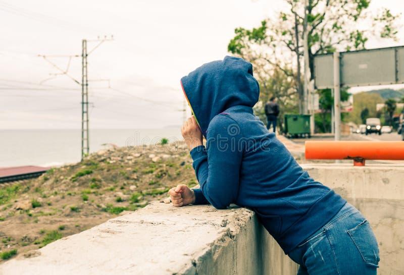 Женщины в hoody смотря горизонте стоковое фото