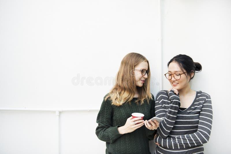 Женщины говоря концепцию технологии соединения приятельства стоковое фото rf