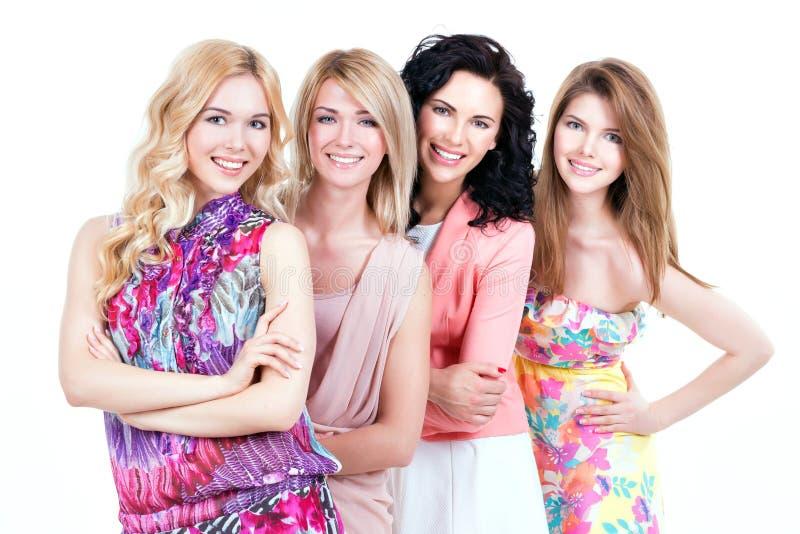 Женщины группы молодые красивые усмехаясь стоковые изображения