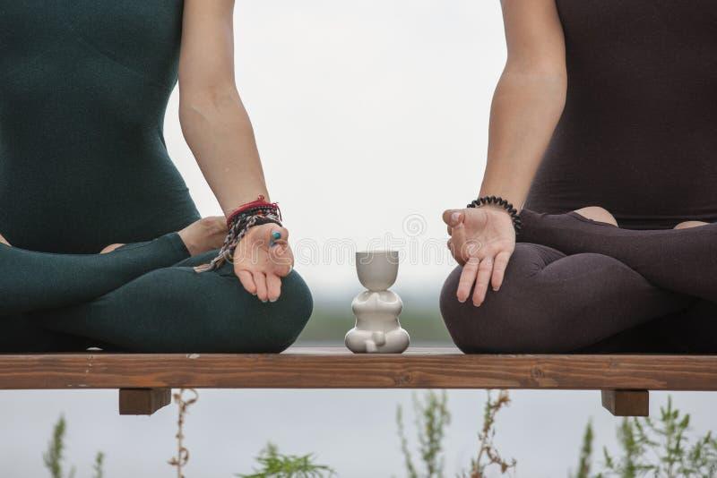 2 женщины делая йогу outdoors инструктор йоги показывает представления : стоковые фото
