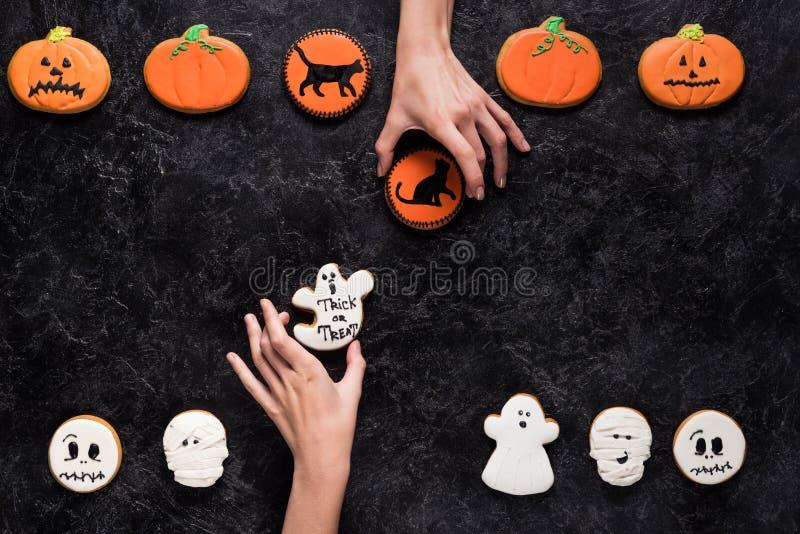 Женщины держа домодельные печенья хеллоуина стоковое изображение rf