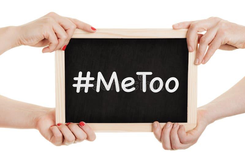 Женщины держа доску с metoo подписывают внутри их руки стоковое изображение
