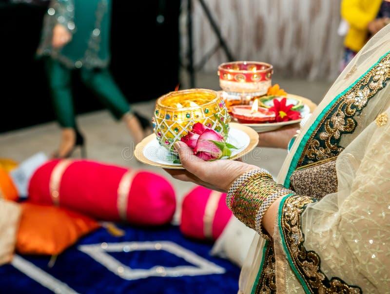 Женщины держа свечи для свадьбы хны mendhi стоковая фотография rf