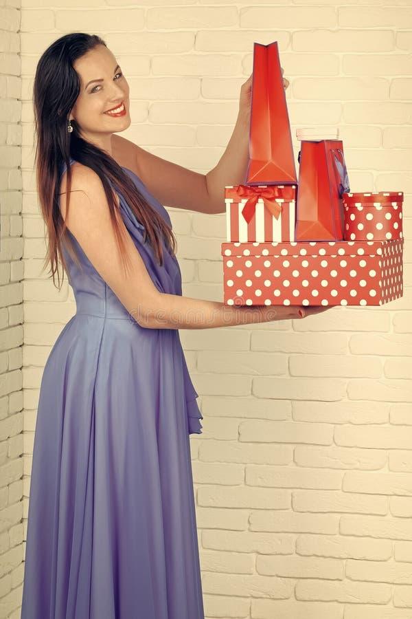 женщины дня s рождество, день рождественских подарков, женщина с красной присутствующей коробкой, днем рождения стоковая фотография