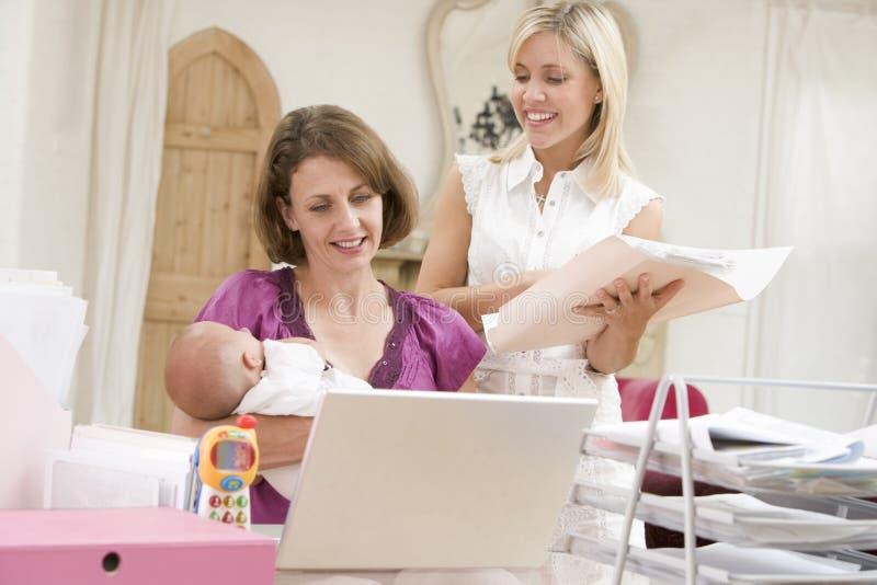 женщины домашнего офиса 2 младенца стоковые фотографии rf