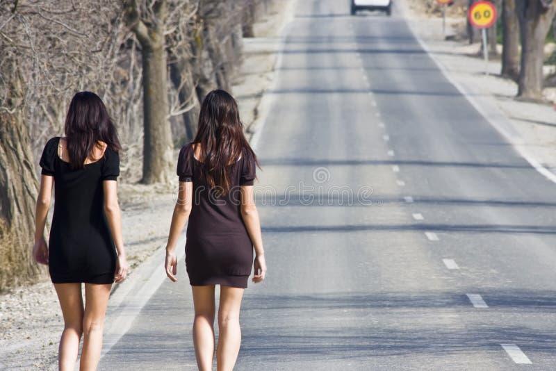 женщины дороги молодые стоковые изображения