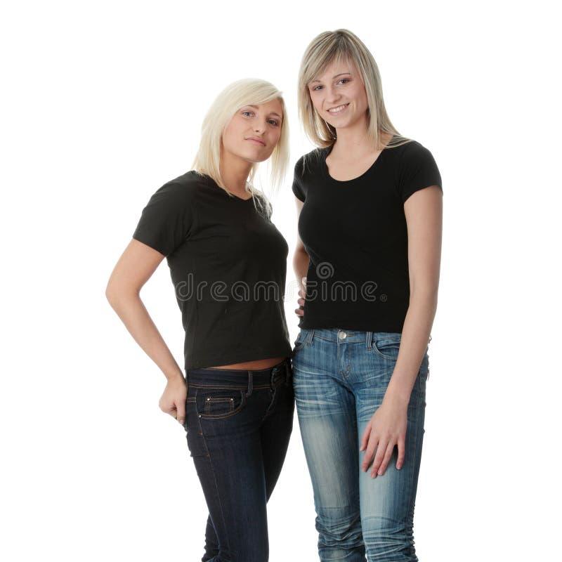 женщины друзей счастливые смеясь над молодые стоковые фото
