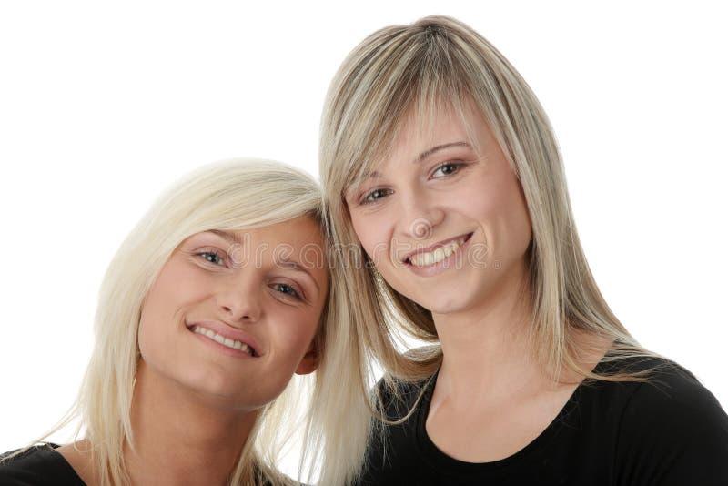 женщины друзей счастливые смеясь над молодые стоковое фото
