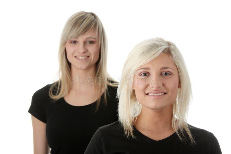 женщины друзей счастливые смеясь над молодые стоковые изображения rf