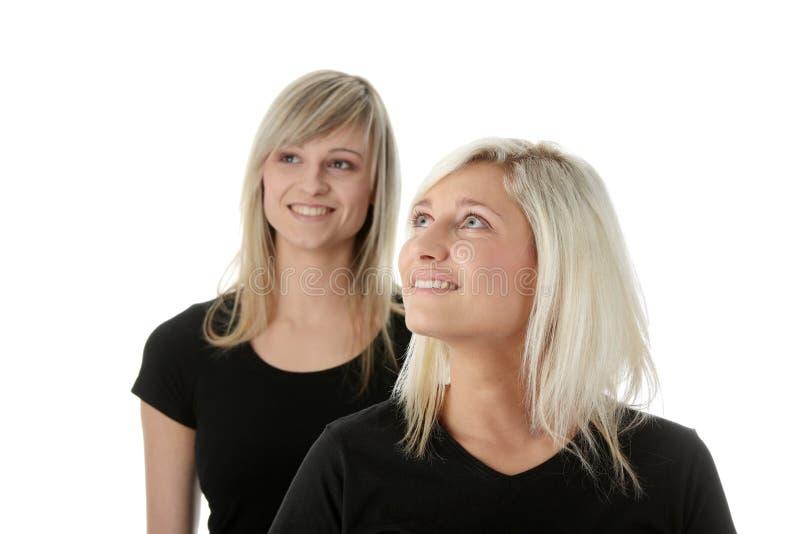 женщины друзей счастливые смеясь над молодые стоковые фотографии rf