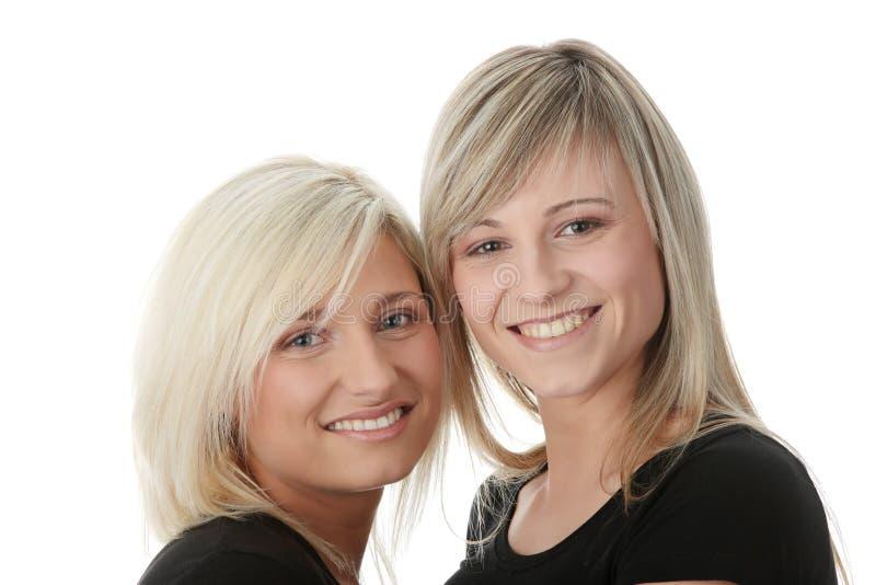 женщины друзей счастливые смеясь над молодые стоковая фотография rf