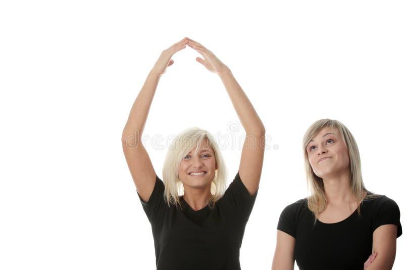 женщины друзей счастливые смеясь над молодые стоковая фотография