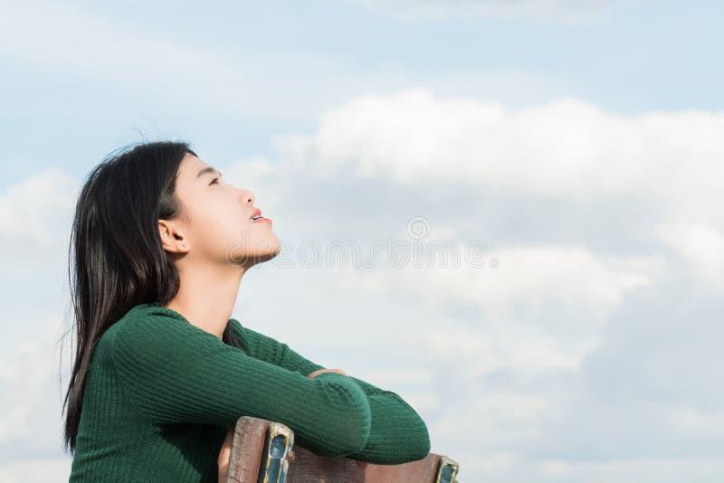 Женщины дышают кислородом в чисто природе эротичная девушка стоковое изображение