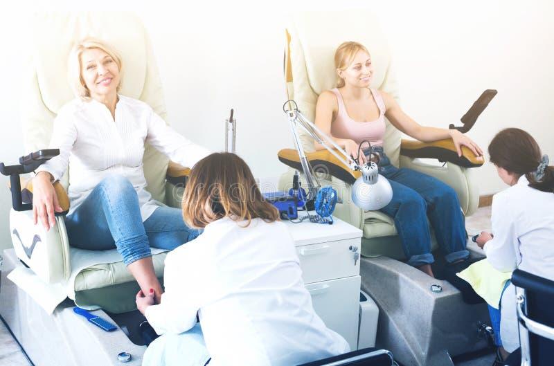 Женщины делая pedicure стоковые фотографии rf