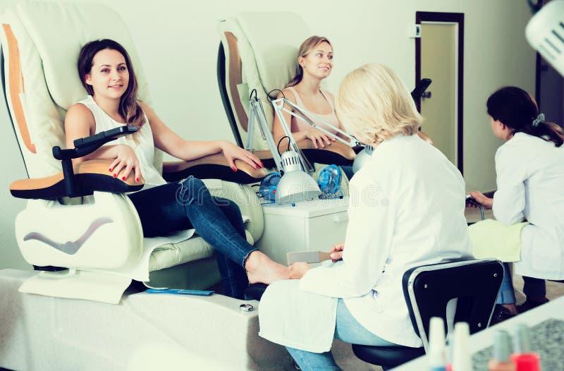 Женщины делая pedicure стоковые фото