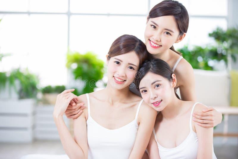 Женщины заботы кожи усмехаются счастливо стоковые изображения rf