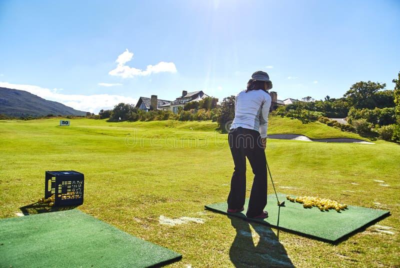 Женщины играют в гольф arabella поля для гольфа beginner и юг-afr гор стоковая фотография rf