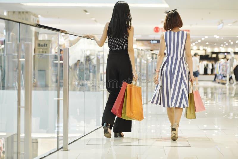 Женщины идя для ходить по магазинам стоковая фотография