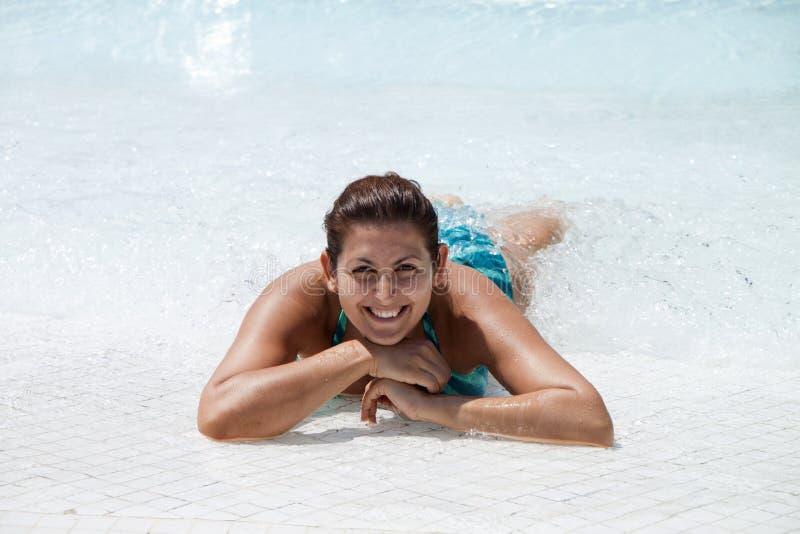 Женщины имеют потеху в бассейне стоковые фотографии rf