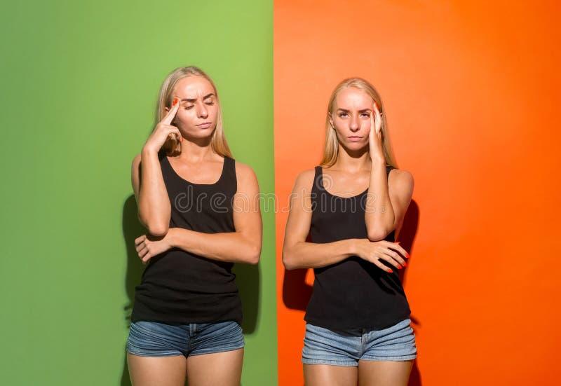 Женщины имея головную боль над предпосылкой студии стоковая фотография rf