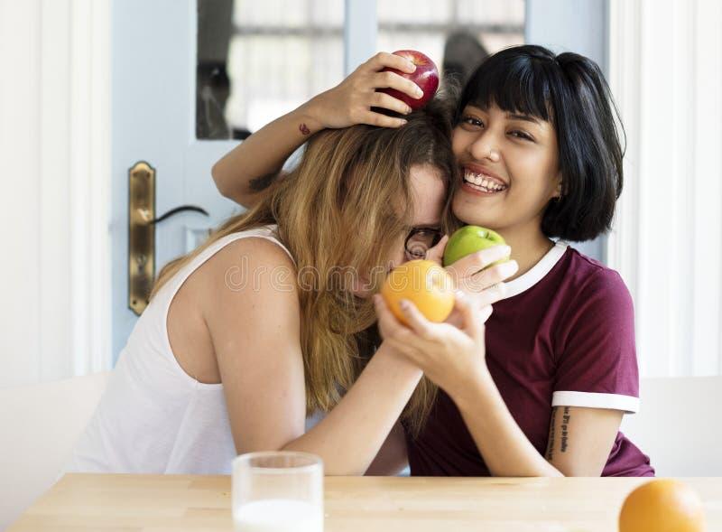 2 женщины имея потеху совместно стоковое фото