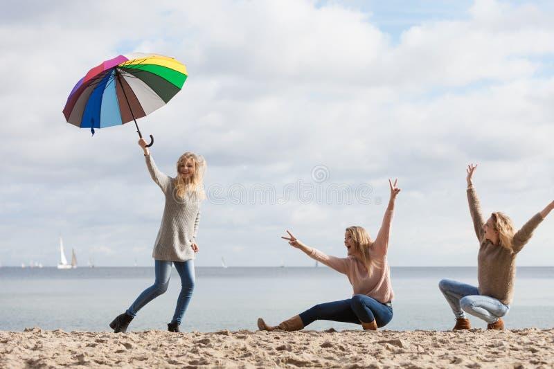 Женщины имея потеху с зонтиком стоковые изображения rf