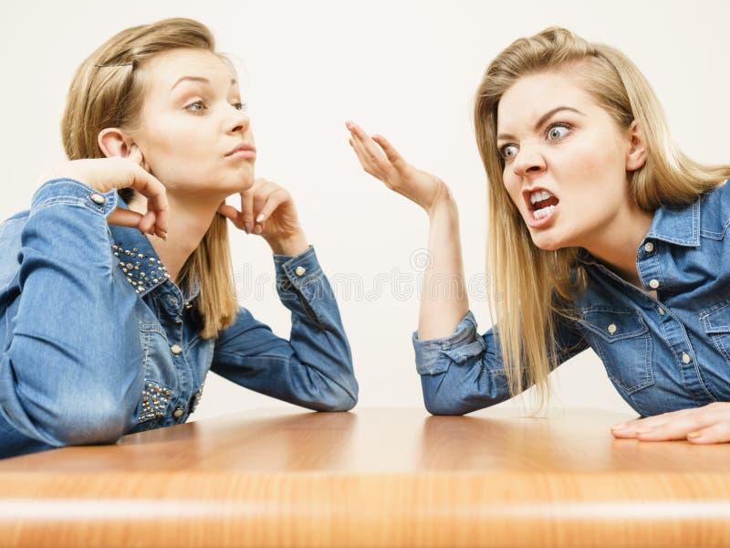 2 женщины имея спорят бой стоковые фото