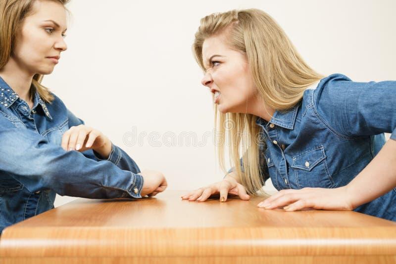 2 женщины имея спорят стоковые изображения rf