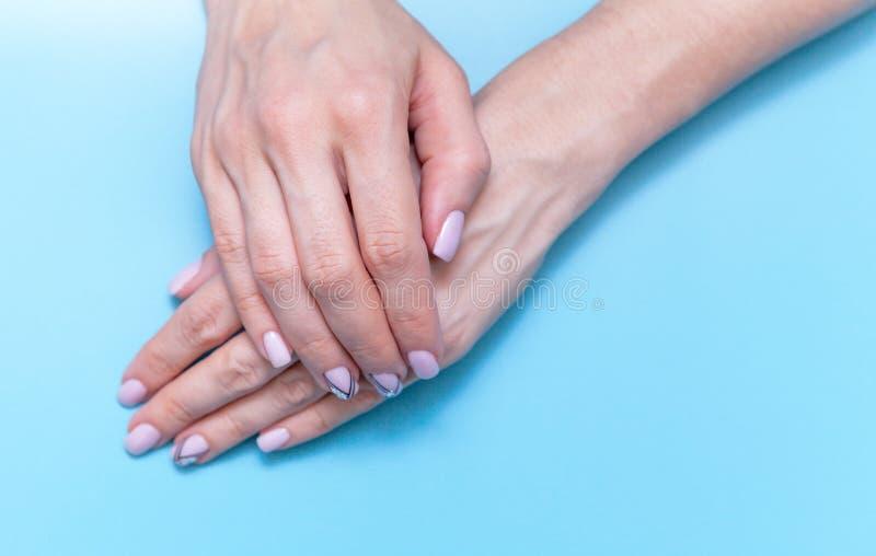 Женщины искусства руки моды, рука с ярким макияжем контраста и красивые ногти, забота руки Творческая девушка фото красоты на син стоковое изображение rf