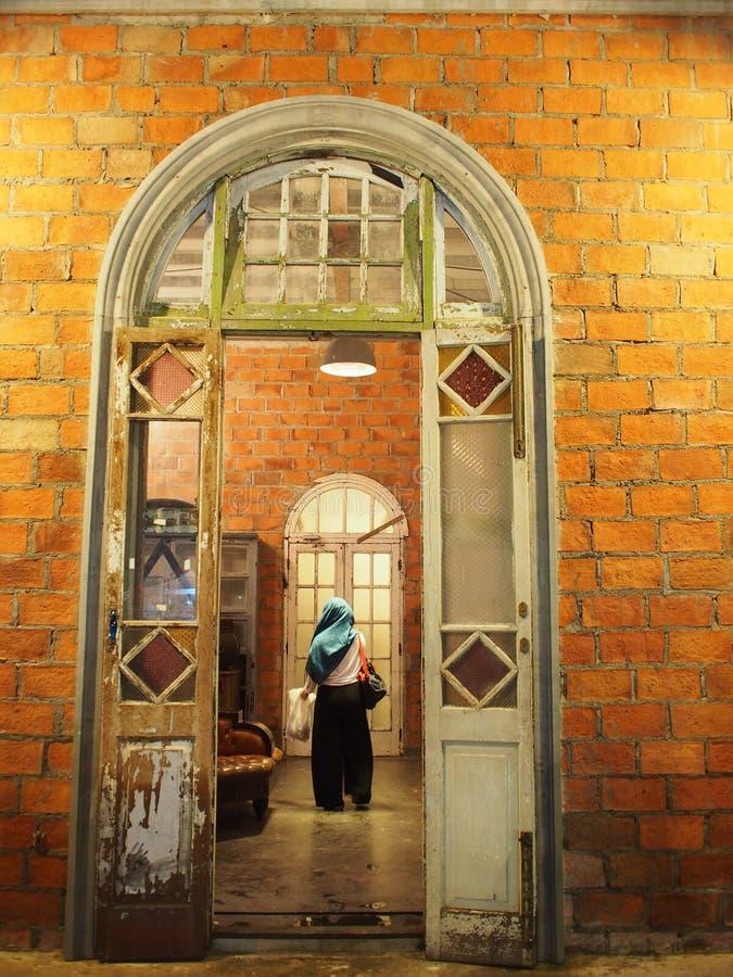 Женщины ислама на здании стоковые изображения