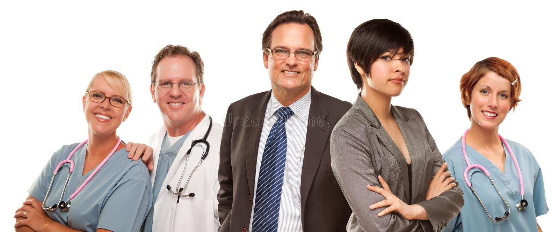 Женщины и бизнесмен смешанной гонки с докторами или медсестрами стоковые фото
