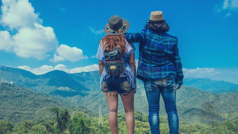 Женщины и люди любовника азиаты путешествуют ослабляют в празднике Природа касания стойки на Moutain r стоковое фото rf