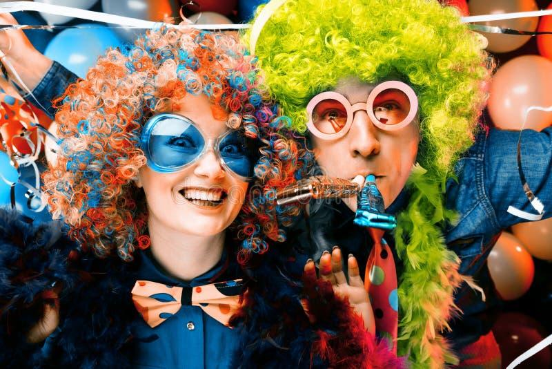 Женщины и люди празднуя на партии для кануна или масленицы Новых Годов стоковая фотография rf